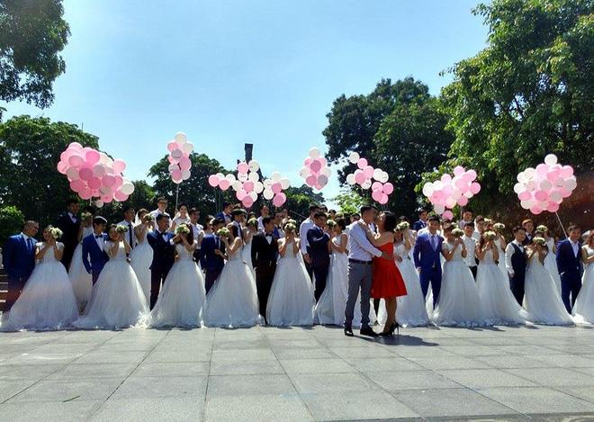 Tại khu vực tượng đài Lý Thái Tổ, 40 cặp đôi cùng trao cho nhau những nụ hôn nồng cháy.