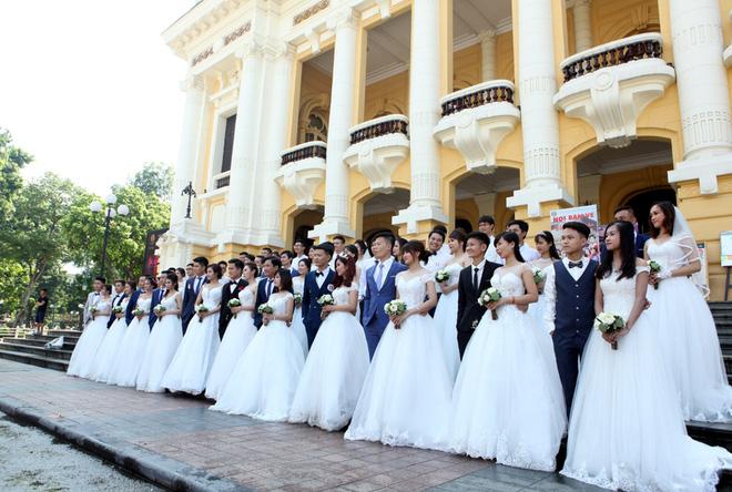 Khoảng 9h ngày 23-7, 40 cặp đôi cùng nhau tập trung tại quảng trường Nhà hát lớn tiến hành chụp album ảnh cưới tập thể.