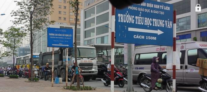 Xe của công ty vận tải Hoà Bình ( ảnh chụp lúc 8h30p tại ngã tư Trung Văn - Tố Hữu )