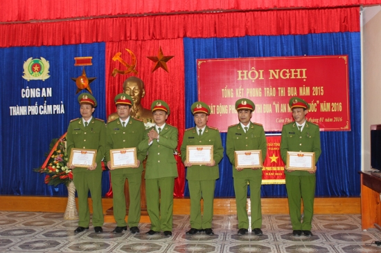 Lãnh đạo Công an tỉnh Quảng Ninh trao bằng khen cho những tập thể và có thành tích xuất sắc trong phong trào
