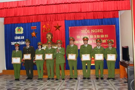 Đồng chí Thái Hồng Công (giữa) - PGĐ Công an tỉnh Quảng Ninh trao bằng khen cho những cá nhân có thành tích xuất sắc trong phong trào