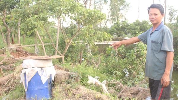 Ông Quang phải cho cá chết vào thùng lớn để xử lý, tránh việc ô nhiễm. Ảnh: Du Nghĩa.