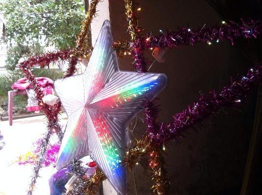 Theo phong tục truyền thống, cây Nêu được làm bằng đèn lồng 5 cánh, có gắn đèn Led và thân cây Nêu là những cây tre dài, dẻo dài. Nhưng cùng với sự phát triển của xã hội, cây Nêu ngày càng được