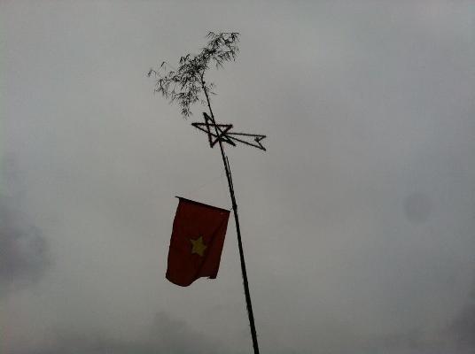 Theo truyền thuyết, cây Nêu của người dân miền biển thể hiện cho sự may mắn, cầu mong một năm mới mưa thuận gió hòa và xua đuổi ma quỷ...Ảnh: Du Nghĩa.