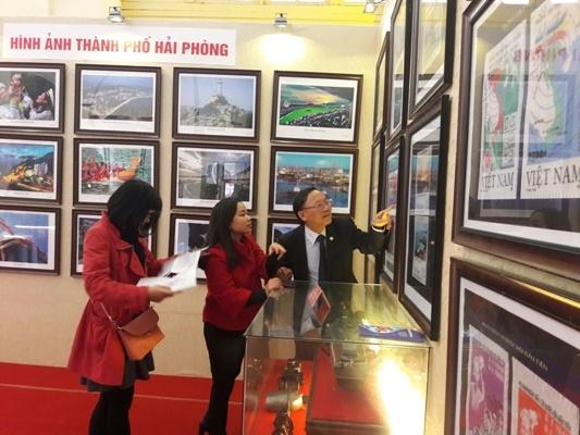 Giáo sư Nguyễn Quang Ngọc chia sẻ với phóng viên về các tư liệu quý.