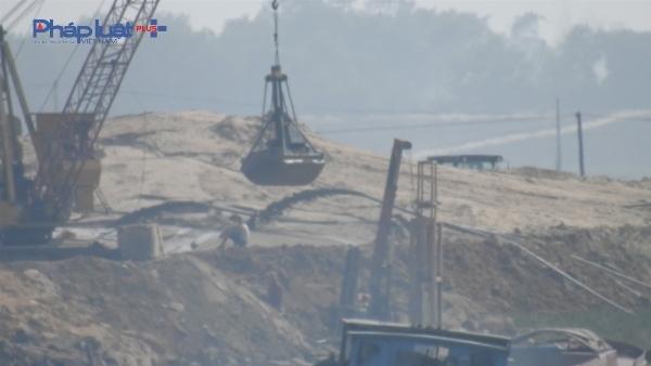 Tàu hút cát hoạt động công khai sát mép bờ nhưng không hề có một cơ quan chức năng nào kiểm tra, xử lý (Ảnh: Du Nghĩa).