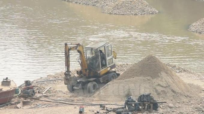 San lấp lòng sông để làm bãi tập kết cát, sỏi