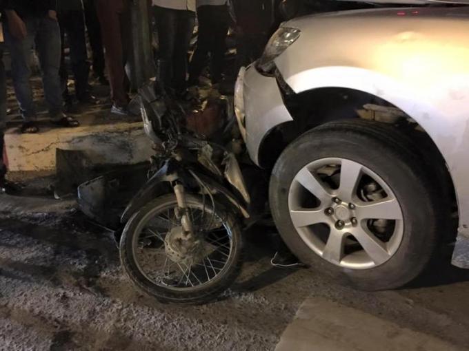 Chiếc xe máy bị ô tô tông gần như hư hỏng hoàn toàn