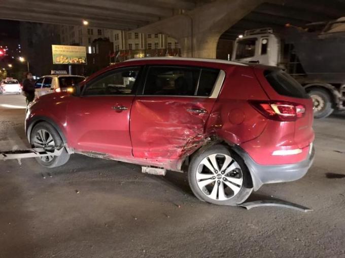 Xe Kia Sportage bị đâm bép rúm phần hông xe