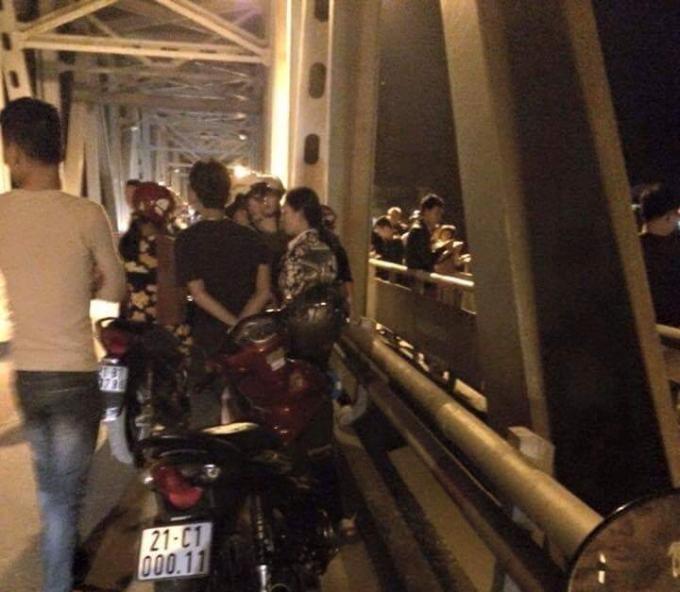 Nhiều người hiếu kì đứng trên cầu theo dõi vụ việc (Nguồn Yên Bái 24h)