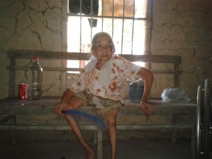 Bà Ngoan sống cô độc trong căn nhà đất cũ nát.