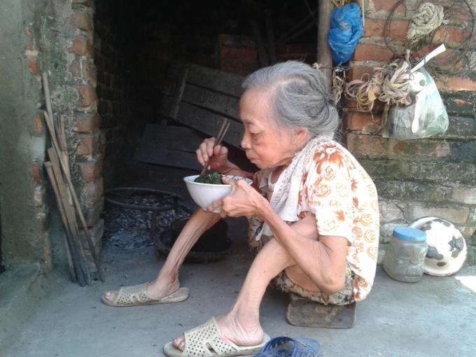Bữa trưa của bà là bát mì tôm nấu với rau bên chiếc bếp đơn sơ