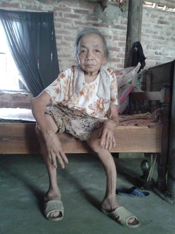 Thân hình nhỏ bé và chân tay teo tóp của bà Ngoan.