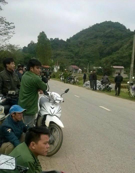 Có rất đông người dân đứng theo dõi vụ việc (Ảnh tin nóng Lạng Sơn)
