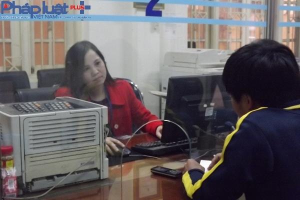 Chị Nguyễn Thị Hương Giang trao đổi với PV về ngày làm việc đầu tiên của năm mới.