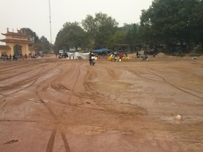 Khu vực trung tâm đồi Lim được tưới nước trước giờ khai hội