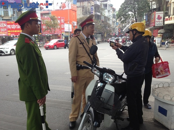 Lực lượng CSGT tiến hành kiểm tra hành chính người vi phạm giao thông.
