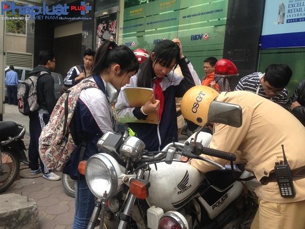 Rất nhiều trường hợp vi phạm là học sinh, sinh viên đi xe đạp điện không đội mũ bảo hiểm.