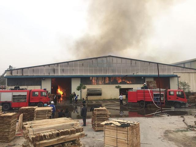 Công tác dập lửa được tiến hành khẩn trương và tích cực. (Ảnh: Bá Đoàn).