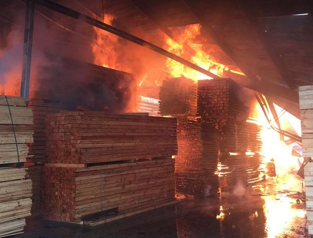Clip: Lửa bốc cháy dữ dội trong Khu công nghiệp Quế Võ