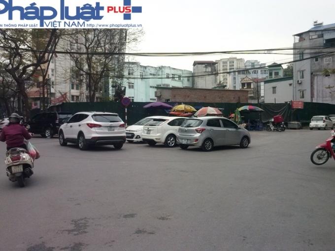 Đỗ xe bừa bãi ngay giữa nga ba, trước cổng trường tiểu học Tây Sơn trên phố Lê Đại Hành.