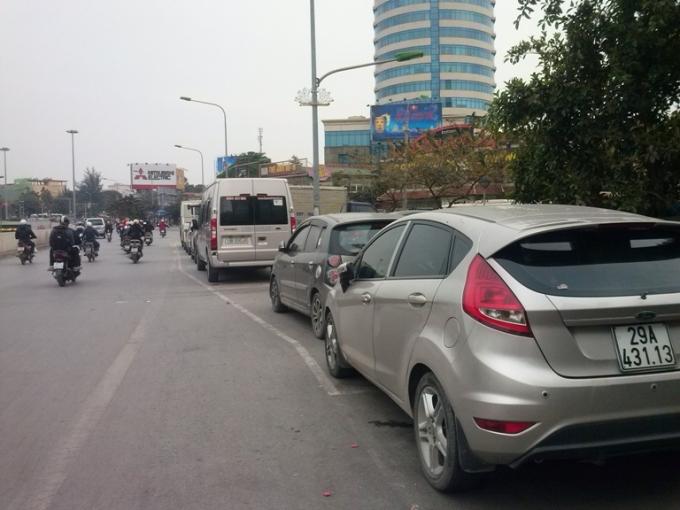 Hàng dài xe ô tô đỗ lấn chiếm hết cả một phần đường dành cho các phương tiện lưu thông trên đường Xã Đàn hướng ra đường Giải Phóng