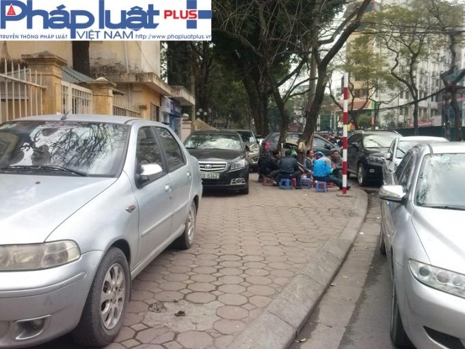 Vô tư đỗ xe trên vỉa hè, thậm chỉ cả ở dưới lòng đường ngay trước cổng Sở Xây Dựng Hà Nội.