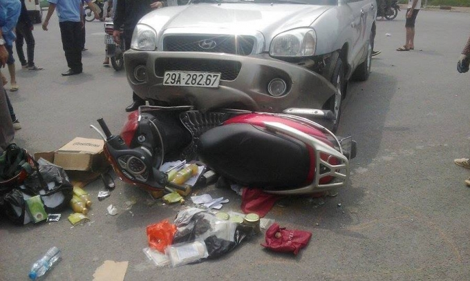 Chiếc xe máy bị cuốn vào gầm và kéo lê hơn 5 mét.