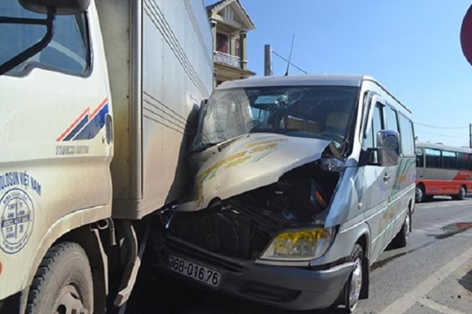 Chiếc xe khách 16 chỗ gặp nạn.