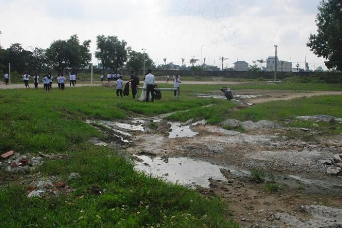 Hạng mục sân chơi nhiều nơi ngập nước, mặt đất nham nhở trông rất khó nhìn. Ảnh Duy Ngợi