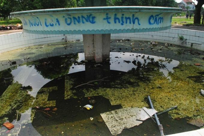 Đài phun nước bị bôi bẩn và hư hỏng nặng. Ảnh Duy Ngợi