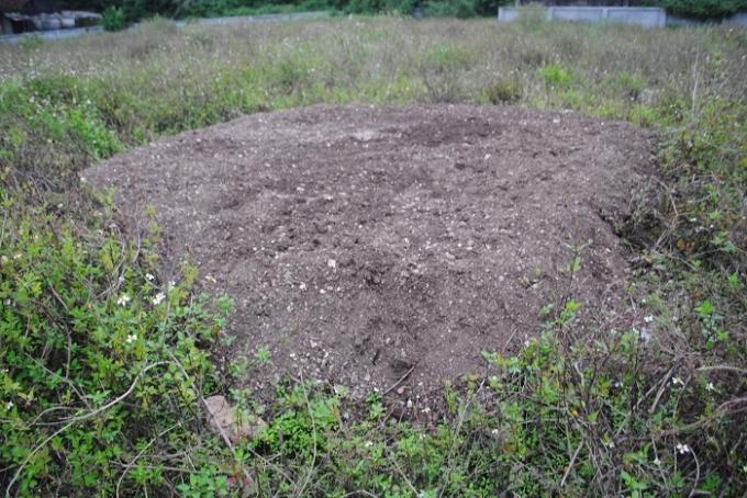 Một bãi đất mới được người dân cuốc xới chuẩn bị trồng rau (ảnh Duy Ngợi).