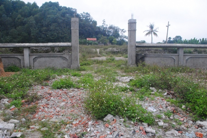 Cổng vào Khu di chỉ khảo cổ học cỏ mọc um tùm, ngổn ngang phết thải xây dựng (ảnh Duy Ngợi).