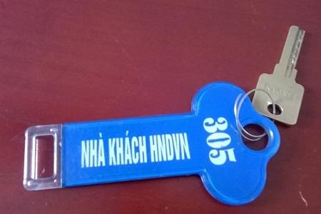 Chìa khóa phòng mà phóng viên thuê để nghỉ, trên chiếc chìa khóa này ghi rõ dòng chữ Nhà khách Hội nông dân Việt Nam (ảnh Duy Ngợi).