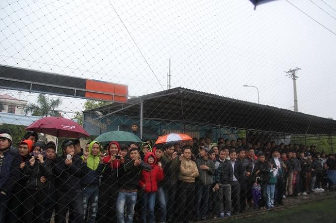 Nhiều khán giả đội mưa tới sân xem trận bóng gây quỹ từ thiện (ảnh CTV).