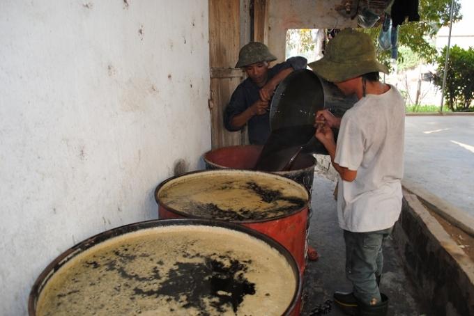 Những mẻ mật nấu xong được đổ vào thùng phi chờ đưa đi tiêu thụ (ảnh Duy Ngợi).