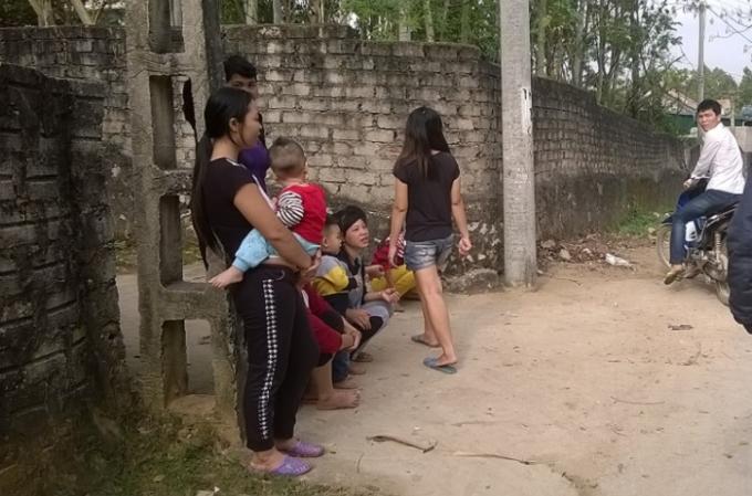 Biết tin lực lượng chức năng triệu tập Cường vì khoe ảnh giết khỉ, nhiều người dân xóm Lam Sơn, xã Quỳnh Lập xôn xao bàn tán (Ảnh: Duy Ngợi).