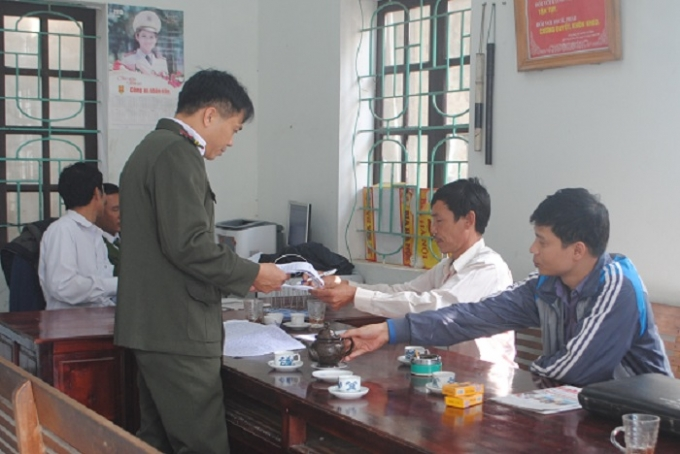Ông Thuận (thứ 2 từ phải qua) tại cơ quan điều tra (ảnh Duy Ngợi).