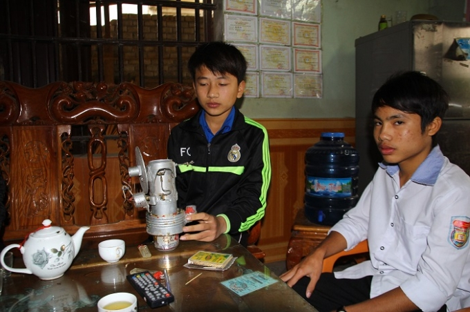 Thuận và Chính bên công trình sơ khai (ảnh Duy Ngợi).