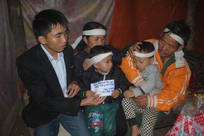 Đại diện Pháp luật Plus tại Nghệ An trao quà cho hai cháu bé mồ côi.