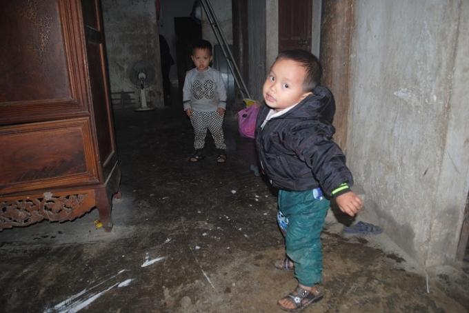 Hai cháu bé mồ côi Đức và Tuấn vẫn còn quá nhỏ để biết mình đã mất đi tình yêu thương của cha, mẹ. (Ảnh: Duy Ngợi).