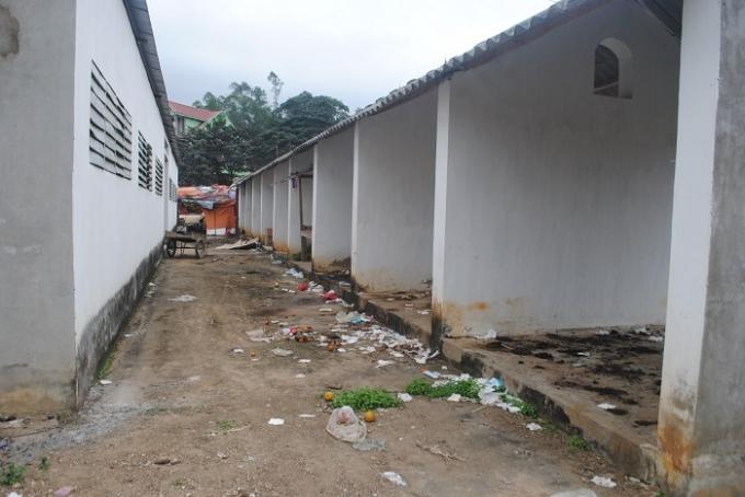 Dãy ki-ốt cạnh đình chợ từ lâu bị bỏ hoang, rác thải vứtđầy (ảnh Duy Ngợi).