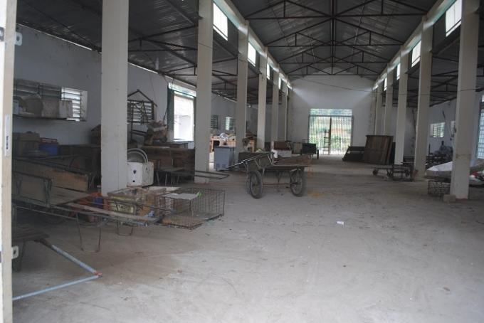 Toàn bộ đình chợ Tiền Phong nhiều năm nay chỉ dùng để làm kho chứa hàng (ảnh Duy Ngợi)