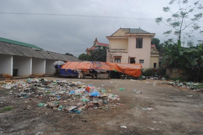 Rác thải chất đầy ở chợ Tiền Phong (ảnh Duy Ngợi).