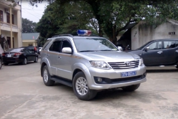 Chiếc xe được Chủ tịch UBND một huyện trên địa bàn tỉnh Nghệ An sử dụng lắp đèn ưu tiên (ảnh cắt từ video).