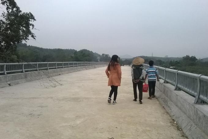 Cầu 50 tỷ nhưng đến giờ người dân vẫn chỉ biết đi bộ để qua lại trên chiếc cầu này (ảnh Duy Ngợi).
