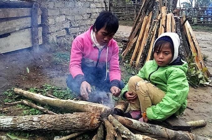 Trẻ em Keng Đu đốt củi sưởi ấm giữa trời đông. (Ảnh: CTV).