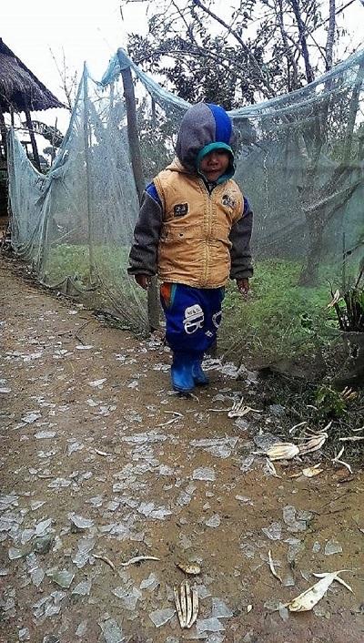 Một em nhỏ Keng Đu co ro giữa băng giá. (Ảnh: CTV).