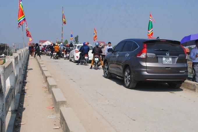 Dòng người đổ về đền Cờn gây ách tắc giao thông ở trên cầu Quỳnh Phương (ảnh Duy Ngợi).
