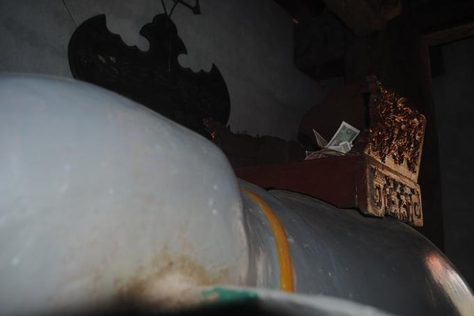 Dù Ban quản lý di tích đền Cờn đã có quy định không bỏ tiền ở các pho tượng nhưng hình ảnh này vẫn xuất hiện ở nhiều nơi trong đền Cờn (ảnh Duy Ngợi).